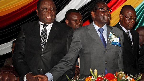 Tsvangirai, a la izquierda, con Mugabe, a la derecha