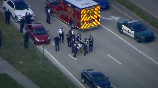Un herido es trasladado a una ambulancia