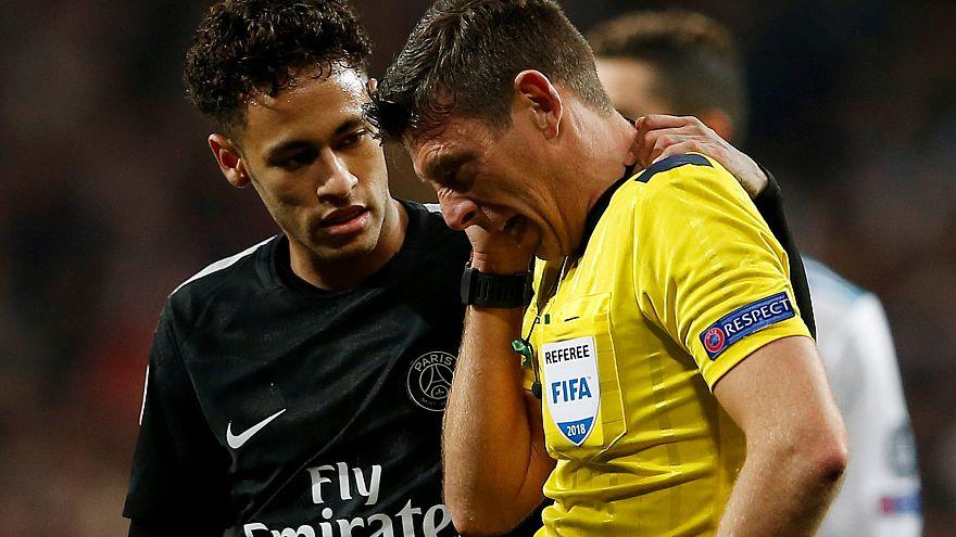 """بالفيديو: نيمار يفشل في هزّ شباك ريال مدريد ويكتفي """"بهزّ"""" الحكم"""