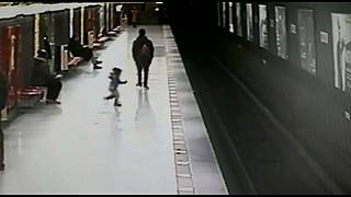 شاهد.. إنقاذ طفل سقط على السكة الحديدية قبل ثوان من وصول القطار