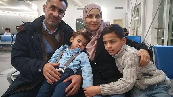 Familia de refugiados sirios en el aeropuerto de Atenas