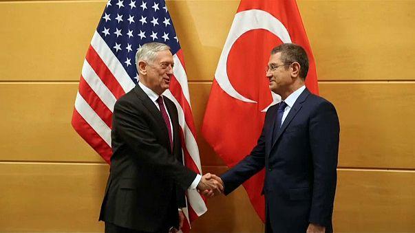 Il ministro della Difesa turco Canikli e il suo omologo Usa Mattis