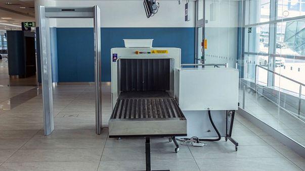 مسافری با کیفش زیر دستگاه اشعه ایکس رفت