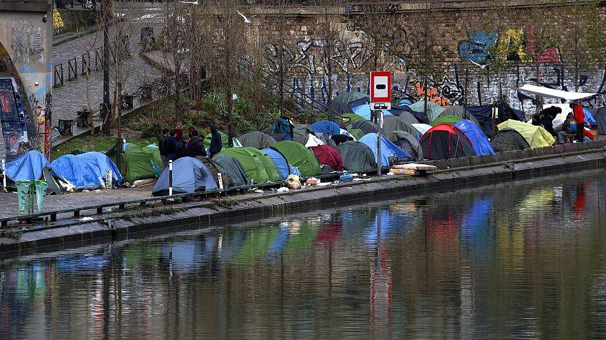 Paris'te iki bin kişi sokakta yaşayan insanlar için nöbet tuttu