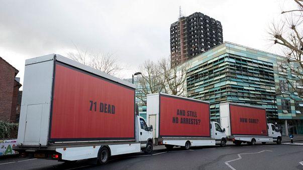 """""""¿71 muertos y ningún arresto?"""", preguntan 'Tres anuncios en las afueras' de Londres"""