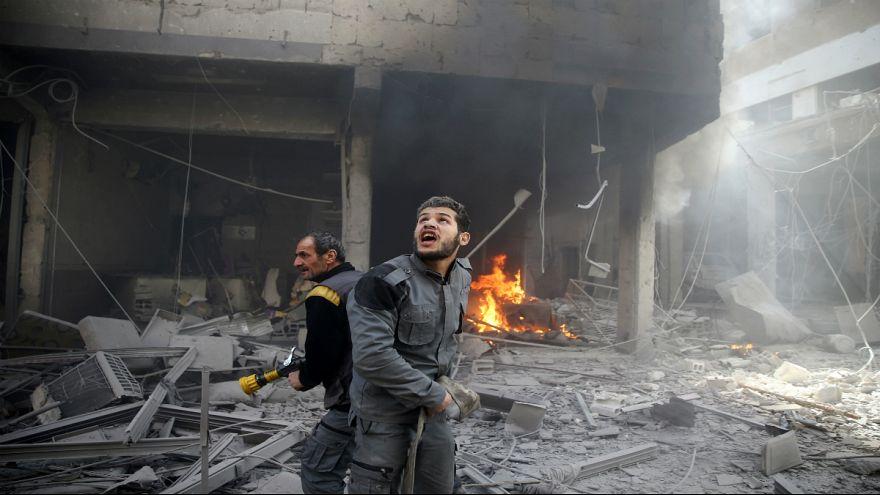 بمباران دوما سوریه؛ پسری از زیر آوار زنده بیرون کشیده میشود