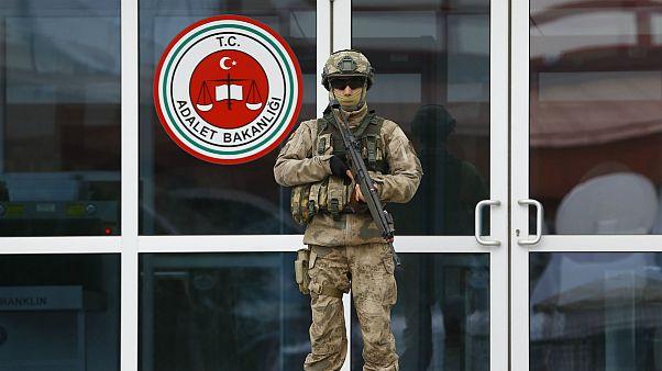 سرباز ترکیه در مقابل یکی از زندان های این کشور