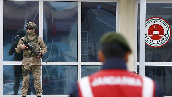 Prisão prepétua para seis jornalistas turcos