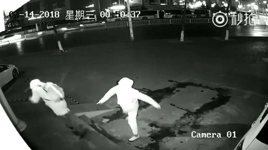 ماذا حل بلصيْن حاولا سرقة محل في شنغهاي؟