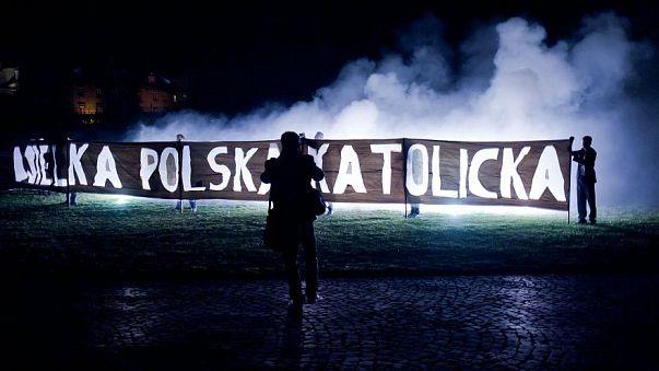 كيف تستخدم الشعارات الدينية لتغذية التطرف الديني في بولندا؟