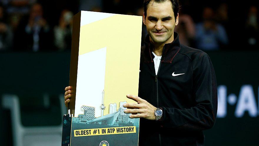 Roger Federer con su trofeo de número 21 más veterano