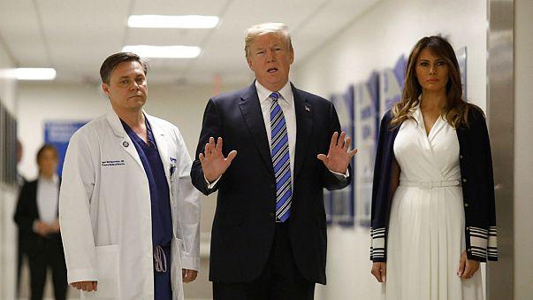 Ο Ντόναλντ Τραμπ δίπλα στους τραυματίες του μακελειού της Φλόριντα