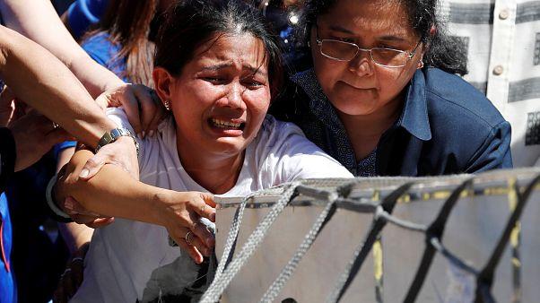 تبكي أختها الفلبينية المقتولة في الكويت لدى عودة جثمانها إلى مطار مانيلا
