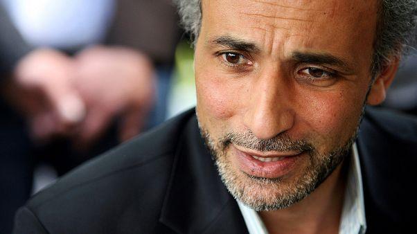 الكاتب طارق رمضان يتحدث مع صحافي بعد مؤتمر في مسجد الرحمة في نانت