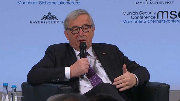Juncker et May main dans la main pour la sécurité