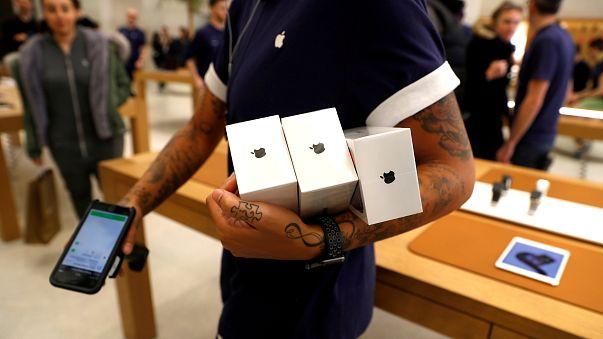 موظف أبل ستور ريجنتس في لندن يحمل أجهزة i phone الجديدة