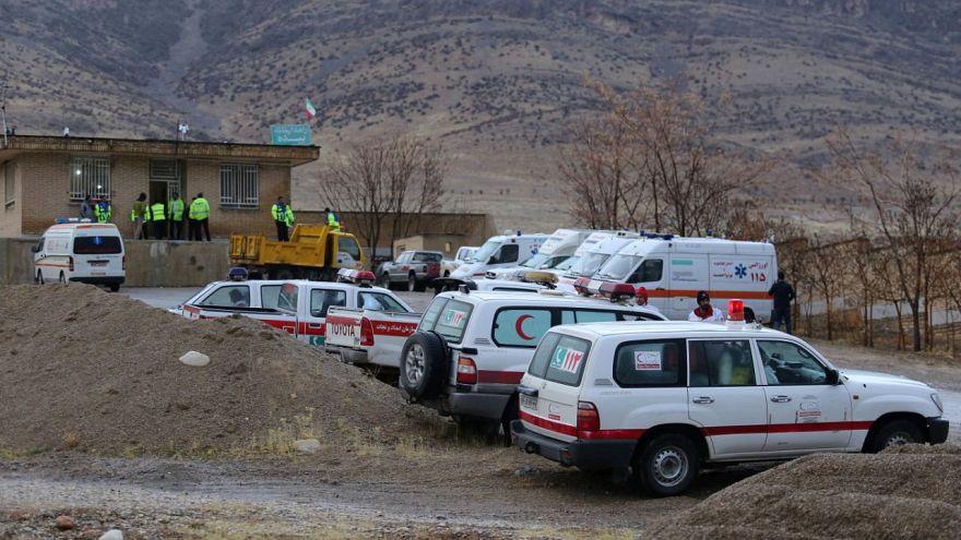 Ambulancias cerca del lugar donde se estrelló el avión