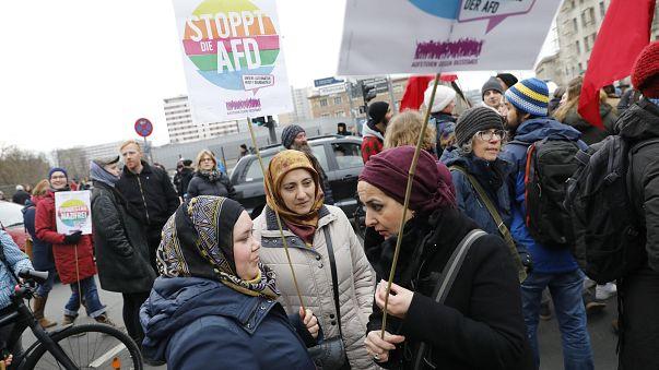 1000 Demonstranten blockieren AfD-nahen Frauenmarsch