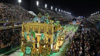 Rio Karnavalı'nın şampiyonlar geçiş töreni izleyicileri büyüledi