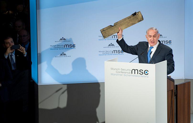 Netanyahu mostra il drone abbattuto all'Iran: