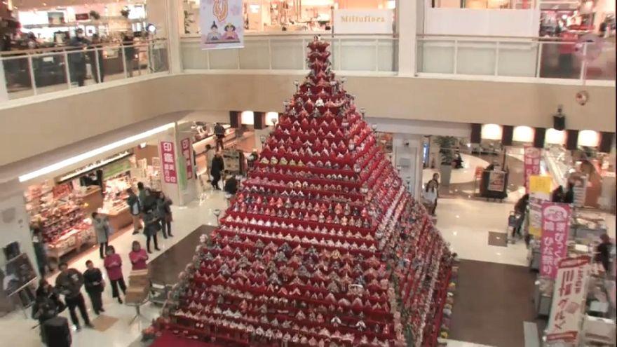 Una pirámide de infinitas muñecas