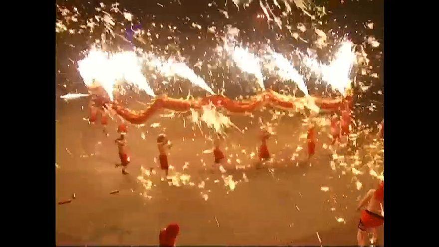 شاهد: الآلاف يتابعون رقصة التنين النارية بالصين