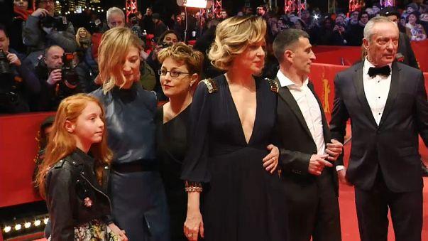 """Las actrices y la directora de """"Figlia mia""""."""