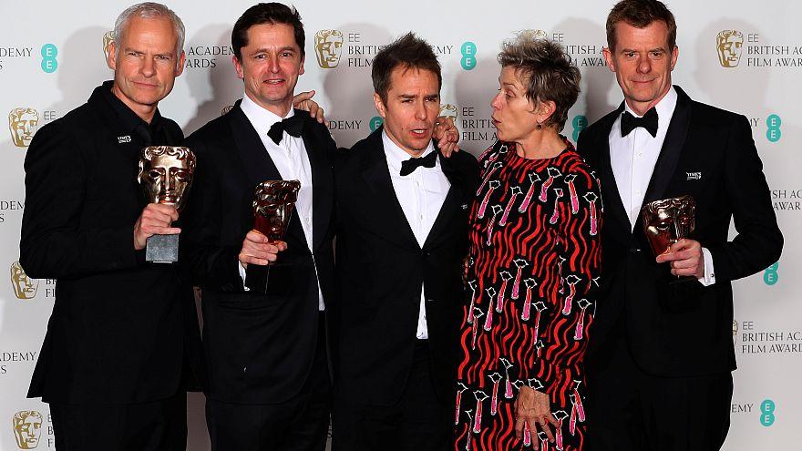 """أبطال الفيلم أثناء حصولهم على جوائز الأكاديمية البريطانية للأفلام """"بافتا"""""""