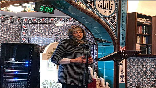 تيريزا ماي ترتدي الحجاب للتعرف على قيم الإسلام