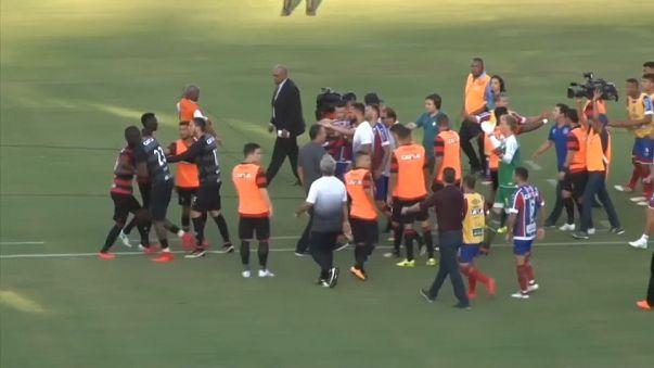 حكمٌ يوقف مباراة كرة قدم بعد طرده عشرة لاعبين