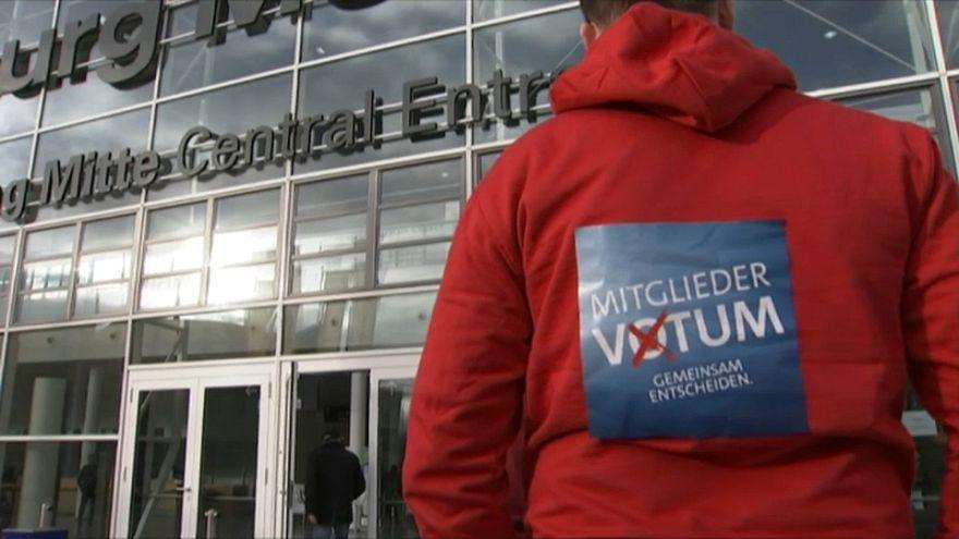 SPD-Mitglied vor der Messe Hamburg