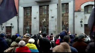 Attivisti anti-Russia davanti al centro culturale russo di Kiev