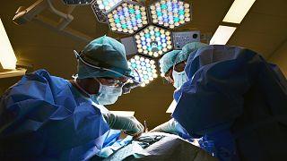 أطباء يحذرون من انتقال الزهايمر عبر أدوات الجراحة