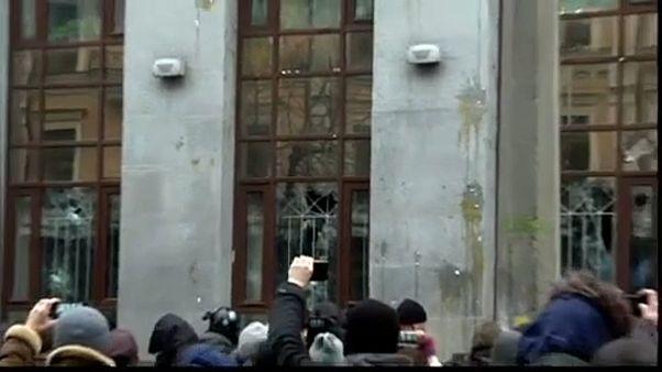Κίεβο: Αντι-ρώσοι ακτιβιστές τα έκαναν γυαλιά καρφιά
