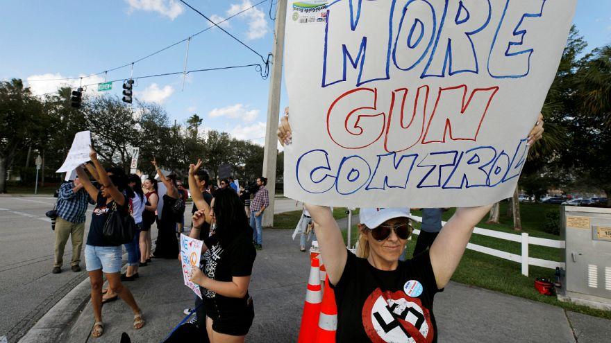 Diáktüntetések a szigorúbb fegyvertartási törvényekért