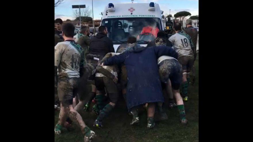Ambulanza bloccata nel fango, i rugbisti in mischia la liberano