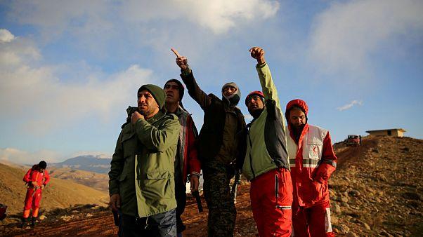 امدادگران در دامنه کوهستان محل سقوط هواپیمای تهران- یاسوج