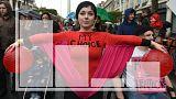 Une manifestante défile pour le droit à l'avortement en Irlande
