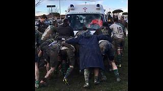 Jugadores de rugby italianos, al rescate de una ambulancia