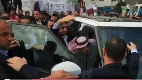 """شاهد..عمال مستشفى """"الشفاء"""" في غزة يهاجمون سفير قطر في الأراضي الفلسطينية"""
