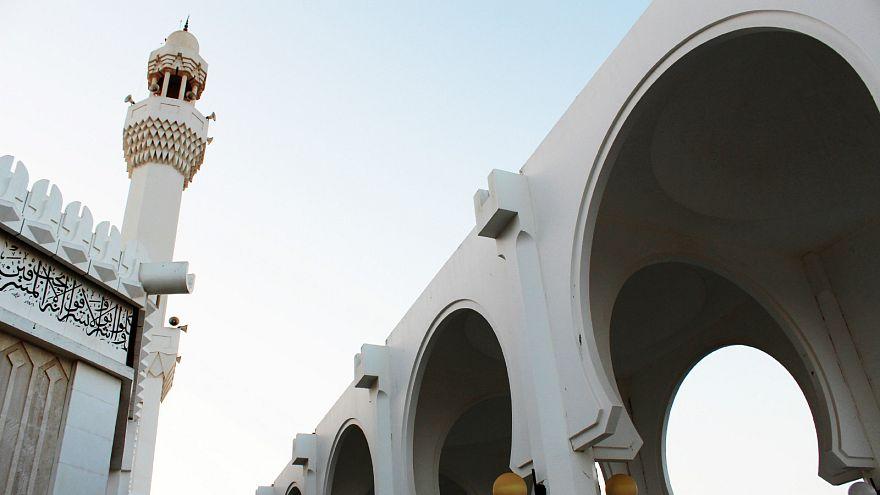 التحقيق مع كاتب سعودي طالب بتقليص عدد المساجد