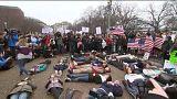 Diákok hevertek a földön a Fehér Ház előtt