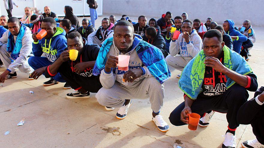 Líbia 250 bevándorlót visszatoloncolt