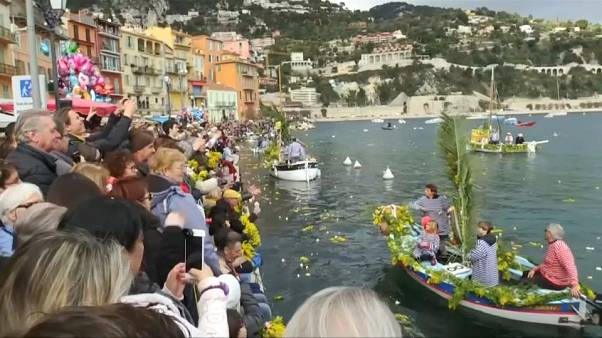Fête du printemps : mimosas et oeillets ornent les pointus de Villefranche-sur-Mer