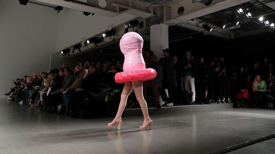 Kondom-Kleider laufen ohne Kopf über den Laufsteg in London