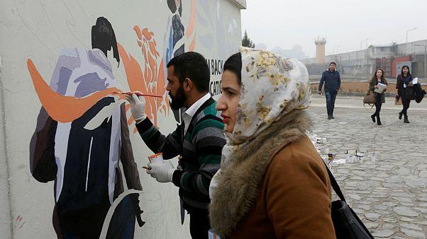 نقش صلح و امید بر دیوارهای کابل