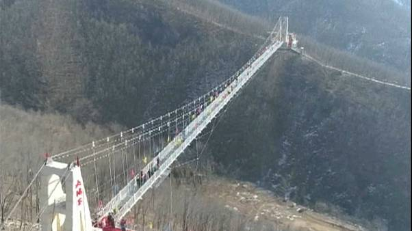چین؛ افتتاح  پل شیشهای معلق در استان هنان