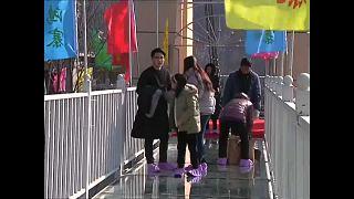 Un pont suspendu en verre inauguré en Chine