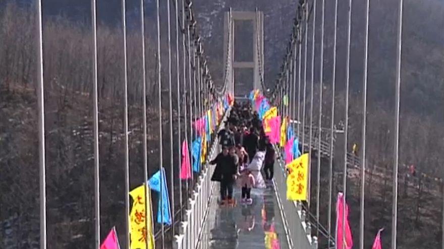 شاهد: افتتاح جسر زجاجي معلق جديد في الصين