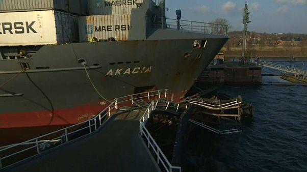 Millionenschaden: Frachter kracht in Schleusentor